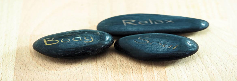drie stenen op hout met ieder eigen tekst Body Soul Relax